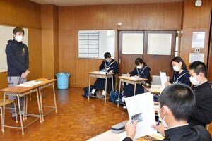 東鶴酒造の野中保斉社長(左)の話を聞く生徒たち=多久市の東原庠舎中央校