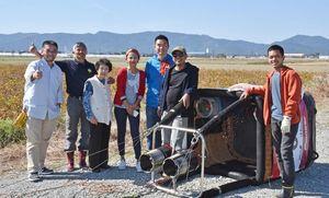 ホストファミリーの渕上さん(右から3人目)の家族とサブリさん(左から2人目)のチームメンバー=杵島郡白石町