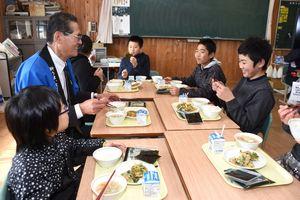 「1日1枚食べてほしいなぁ」などと会話を重ねながら、のりの給食を楽しむ若木小の6年生と徳永組合長=武雄市の若木小