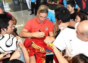 サインに応じるフェルナンド・トーレス選手=佐賀市川副町(2015年7月30日)