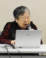 視覚障害者の支援の現状や今後の展望などを話す吉野由美子さん=佐賀市天神の市立図書館