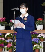 閉校式で生徒代表の言葉を述べる松尾安純さん=伊万里市の伊万里農林高