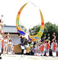 小森田地区の女浮立。着物姿の女性たちの中で、勇壮な天衝の舞を披露した=神埼市千代田の冠者神社