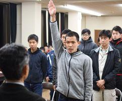 結団式で選手宣誓し、大会での躍進を誓った江村龍美さん=神埼市役所
