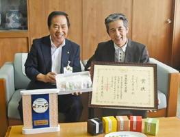 全国菓子大博覧会で厚生労働大臣賞を受賞したことを塚部芳和市長(左)に報告した「さかえ菓子舗」のパティシエ内田剛さん