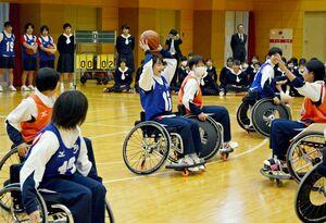 車いすバスケットを体験する生徒たち=佐賀市の佐賀清和高
