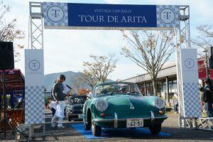 自慢の名車でアリタセラを出発するツール・ド・アリタの参加者=有田町赤坂