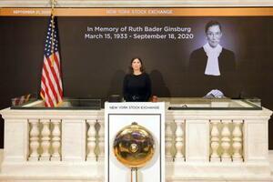死去した米最高裁判事ギンズバーグ氏(右上画面)へ黙とうを捧げるニューヨーク証券取引所のステイシー・カニンガム社長=21日(AP=共同)
