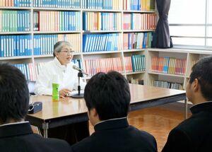 白血病の体験談を話す立石順子さん=佐賀市の県立盲学校