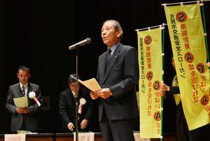 ワーストレベル脱却を宣言する塚本三男さん=佐賀市のメートプラザ佐賀