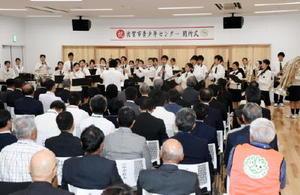 佐賀学園高吹奏楽部の演奏などでオープンを祝った佐賀市青少年センターの開所式=佐賀市松原のバルーンミュージアム3階