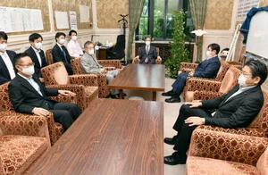 会談に臨む立憲民主、共産、国民民主3党の国対委員長ら=18日午前、国会