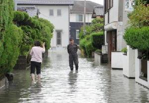 住宅の床下への浸水被害があった杵島郡白石町。道路にも川から水があふれた=6日午前11時45分ごろ、杵島郡白石町東郷