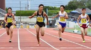 陸上男子3年100メートル決勝 大会新の11秒05で優勝した西唐津の大舘健人(中央)=佐賀市の県総合運動場陸上競技場