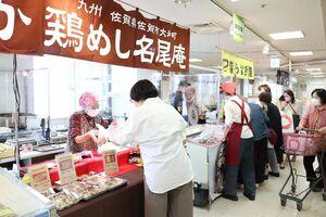 佐賀・長崎大物産展で、商品を購入する来場者=佐賀市の佐賀玉屋