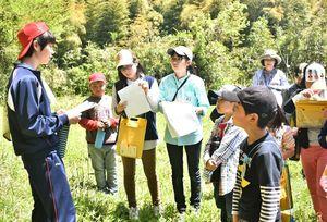 下級生に説明する田口陽生さん(左)=佐賀市大和町の松梅地区