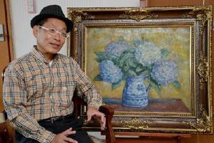 武藤辰平さんの作品「紫陽花」のそばで、思い出を語る良平さん=佐賀市の自宅