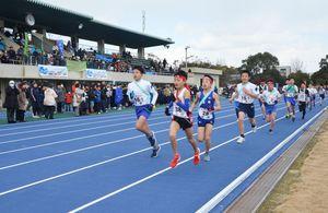 ウレタン舗装の新トラックを力走する小学生ランナー=唐津市陸上競技場