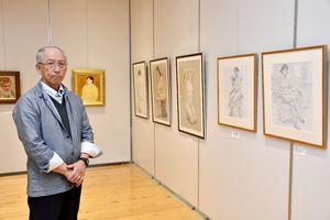 定年退職後に描きためた女性の人物画を展示している原田茂さん=小城市小城町のゆめぷらっと小城