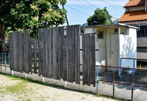 劣化した公園トイレの目隠し壁=伊万里市立花町