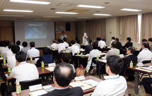 浜崎さんの講演を聴く県警や県の関係者ら=佐賀市の県警本部