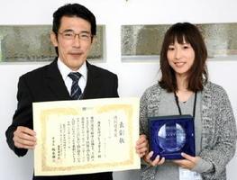 省エネ住宅の全国表彰で、6年連続で入賞したプレースホームの福田勝馬常務(左)=神埼市
