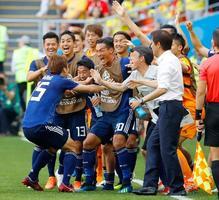 日本―コロンビア 後半、勝ち越しゴールを決めた大迫(左手前)を笑顔で迎える日本イレブン=サランスク(共同)