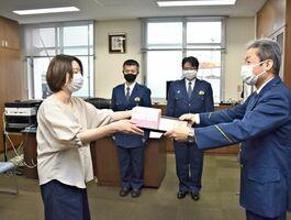 高齢の女性を保護し、泉敬一郎・小城署長から感謝状を受け取った石田智子さん=小城署