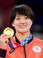 女子70キロ級で金メダルを獲得し、笑顔の新井千鶴=日本武道館