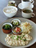 「日替わりランチ」(1000円)。玄米入りご飯、スープはおかわり自由