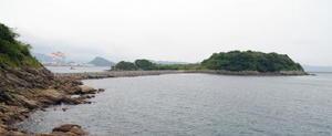 佐賀藩が長崎警備のために台場を新造した四郎島。当時の石垣や、海峡を埋め立てた通路が現在も残る=長崎県神ノ島町