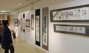 個性あふれる作品が並ぶ「第24回佐賀県女流書展」=佐賀市の佐賀玉屋