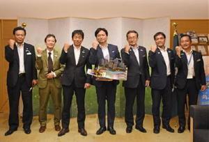 県庁を訪れ、山口祥義知事と歓談した谷光社長(左から3人目)ら