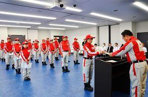 日本赤十字社佐賀県支部の船津事務局長(右)から辞令書を受け取る救護班員=唐津赤十字病院
