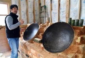 茶の輸出を手掛ける松尾俊一さん。茶葉を炒る釜を自作するなど昔ながらの製法にも挑戦している=嬉野市嬉野町