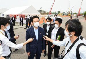 アリーナ建設の安全祈願祭が行われ、報道陣の取材に答える山口祥義知事(中央)=5日午前、佐賀市日の出のSAGAサンライズパーク