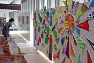 カレンダーの原画や造形作品などが展示されているみんなのアート展=佐賀市役所