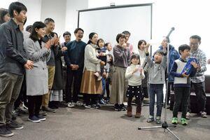 総合優勝し、賞状を受け取るエアリバのメンバーや家族。右端が飯盛代表=佐賀市の佐賀バルーンミュージアム