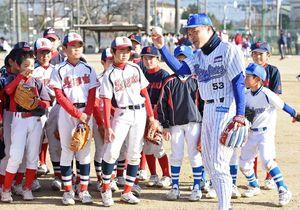 投球姿勢を教える元横浜ベイスターズの野中さん(手前)=神埼中央公園