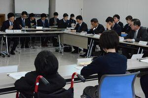 昭和自動車の路線バス再編について議論した県地域公共交通活性化協議会=佐賀市の県自治会館