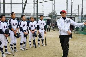 城西中の後輩にアドバイスする西武の鬼崎裕司選手=神埼市の神埼中央公園グラウンド