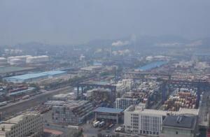 コンテナが幾重にも積み上がる大連港の貨物ターミナル。近年、中国東北部の物流拠点として急成長を遂げ、今も伸び続ける=中国・遼寧省大連市の大連港新港区