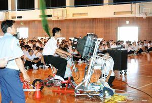 自転車の事故に注意するよう呼び掛けた交通安全教室=鹿島市の西部中学校