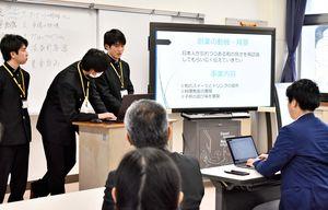 講師らの前でビジネスプランを発表する高校生ら=佐賀市の佐賀商業高校