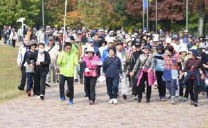 自分のペースで約4㌔のコースを歩く参加者たち=佐賀市の県立森林公園