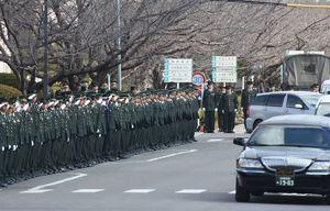 部隊葬送式を終え、殉職した隊員を送り出す隊員たち=午後1時34分、神埼郡吉野ヶ里町の目達原駐屯地