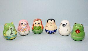 有田工高デザイン科の生徒6人の図案が採用された有田焼のおきあがりこぼし