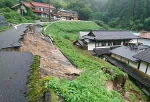 大雨の影響で道路や斜面が崩落した現場=6日、佐賀市富士町下無津呂