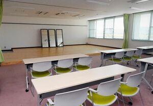 カーテンの付いたステージや鏡がある多目的室=神埼市千代田交流センター