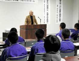 少年野球の指導について語る又吉真勇監督=伊万里市民センター